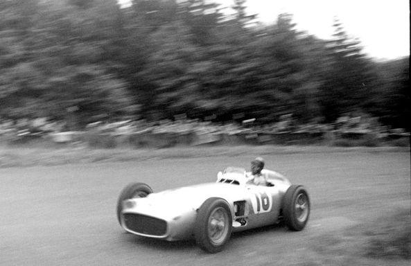 Juan Manuel Fangio en el GP de Nürburgring de 1954. El 5 veces campeon de F1 ha sido nombreado el mejor piloto de todos los tiempo